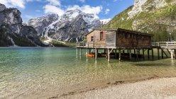 Italia, Alto Adige, Dolomiti, Parco Naturale Fanes-Sennes-Prags, Lago di Prags con Seekofel, rimessa per barche — Foto stock