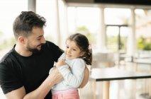 Людина, грати з маленькою дочкою — стокове фото