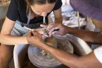 Homem e mulher em oficina trabalhando em cerâmica — Fotografia de Stock
