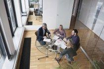 Ділових людей, які мають зборах команди в офісі — стокове фото