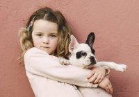 Портрет маленькой девочки с французским бульдогом — стоковое фото
