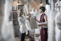 Brautkleid-Designer arbeiten im studio — Stockfoto