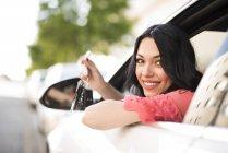 Junge Frau sitzt im Auto, Schlüssel — Stockfoto