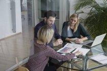 Gente de negocios tener reunión de equipo de oficina - foto de stock