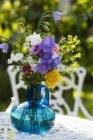 Sommerblumen in Vase, Lupine, Nelke, Rose, Mohn und Glockenblume — Stockfoto