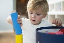 Маленький мальчик играет со строительными блоками — стоковое фото