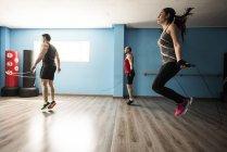 Sportliche Menschen Springseil im Fitnessraum — Stockfoto