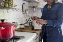 Женщина готовит кофе — стоковое фото