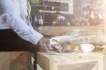 Geschäftsmann mit digitalem Tablet — Stockfoto