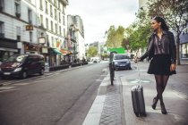 France, Paris, young woman waiting for a taxi — Stock Photo