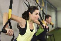 Älteres paar Training mit elastischen Seilen in Crossfit Schaltung — Stockfoto