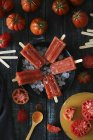 Чаша томат фруктовый лед на черного дерева — стоковое фото