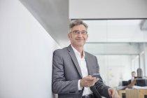 Кавказский Зрелые бизнесмен в современном офисе, портрет — стоковое фото