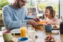 Батько і дочка з сніданок разом — стокове фото