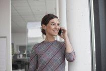 Предприниматель на мобильный телефон — стоковое фото