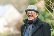 Портрет счастливого старшеклассника в шляпе и очках — стоковое фото