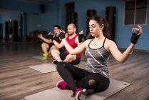Menschen, die Yoga-Kurs im Fitness-Studio konzentriert — Stockfoto