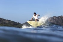 Індонезія, Сумбава острів, Surfer на хвилі в океані — стокове фото