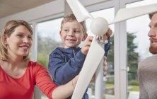 Семья, монтаж игрушка ветротурбины вместе — стоковое фото