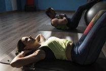 Reifes Paartraining mit Fitnessball, Bauchübungen — Stockfoto