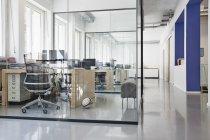 Interno di ufficio luminoso moderno con camere separata di vetro — Foto stock
