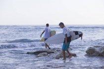 Indonésie, Bali, surfeurs, entrer dans l'eau — Photo de stock