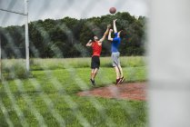 Two men playing basketball outdoors — Stock Photo