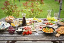 Vielzahl von mediterranen Antipasti auf Gartentisch — Stockfoto