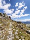 Испания, Сьерра-де-Gredos, вид сзади человека, походы в горы, живописными горными пейзажами на фоне — стоковое фото