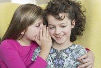 Deux jolies petites filles chuchotant — Photo de stock