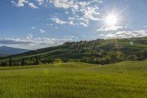 Italien, Toskana, Val d ' Orcia, Blick auf Felder und Landschaft im Frühling — Stockfoto