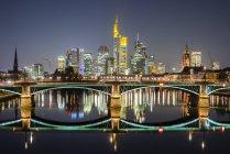 Німеччина, Гессен, Франкфурт, Ігнац Bubis мосту та фінансового району у вечірній час — стокове фото