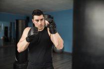 Kaukasischen Jüngling Boxen im Fitness-Studio — Stockfoto