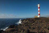 Spagna, Tenerife, Faro sulla costa atlantica del mattino — Foto stock