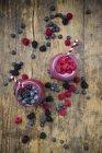 Deux verres de nectars de fruits différents — Photo de stock