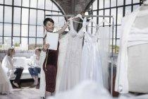 Vestido de noiva designer tirar uma foto com tablet — Fotografia de Stock