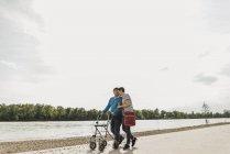 Senior homme flânant avec sa fille au bord de la rivière — Photo de stock
