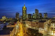Skyline por la noche, Frankurt, Hesse, Alemania - foto de stock