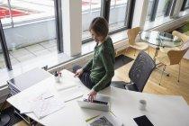 Geschäftsfrau, die mit Laptop am Schreibtisch — Stockfoto