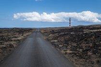Landsacpe маяк и дороги — стоковое фото