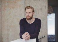 Ritratto di uomo premuroso con barba — Foto stock