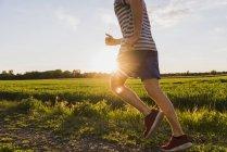 Jovem correndo, contra o sol — Fotografia de Stock