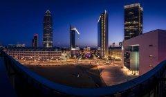 Deutschland, Frankfurt am Main, Blick vom Skyline Plaza, Finanial Bezirk, die abends beleuchtet — Stockfoto