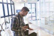 Junger Mann im Büro Dokumente betrachten — Stockfoto