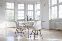 Casa interior com mesa e cadeiras — Fotografia de Stock