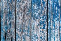 Bars mit abblätternder blauer Farbe, Nahaufnahme — Stockfoto