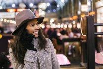 Porträt der glückliche junge Frau mit Smartphone telefonieren — Stockfoto