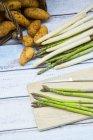 Asperges vertes et blanches avec des pommes de terre nouvelles — Photo de stock
