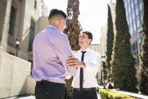 Два предпринимателя, пожимая руки в городе улица — стоковое фото