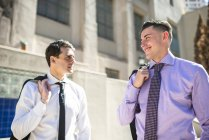 Dos hombres de negocios hablando al aire libre - foto de stock